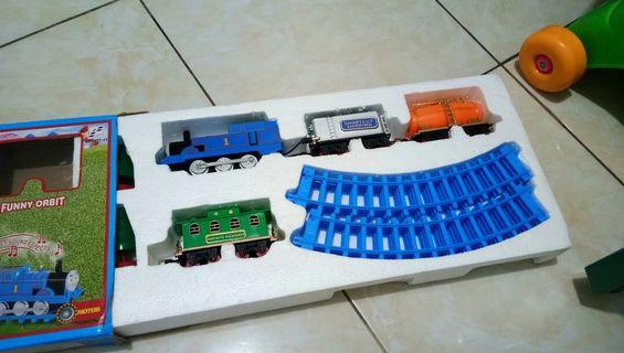 Mainan kereta keretaan tomis