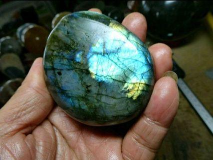 🚚 天然國際寶石-七彩拉長石拋亮手把件