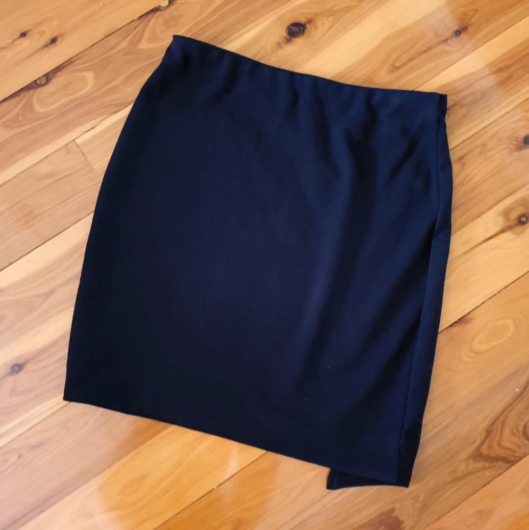 Women's size 8 'WITCHERY' Stunning black mini side zip skirt - AS NEW