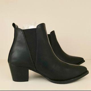 Pointed Chelsea boots