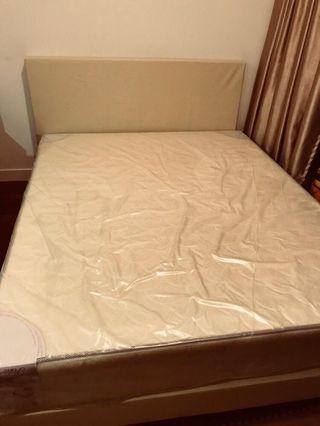 🚚 Queen bed and mattress set