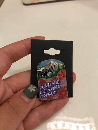 購於美國特別節日限定版 玫瑰花園 Rose festival 襟章