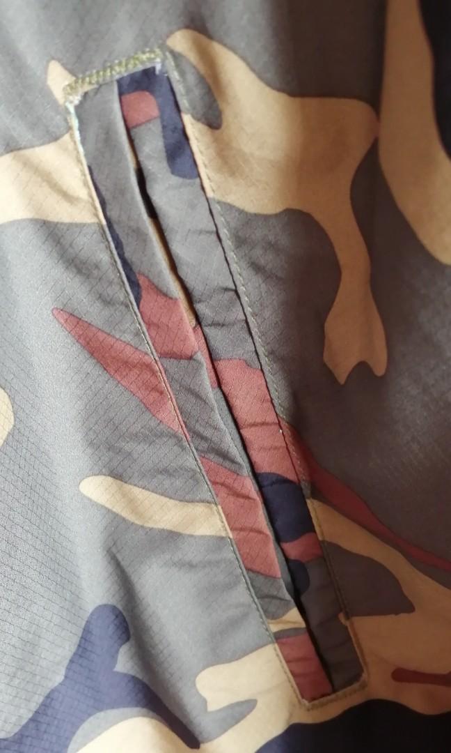Herschel 迷彩風雨薄外套