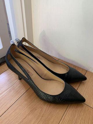 黑色鱷魚紋低跟鞋