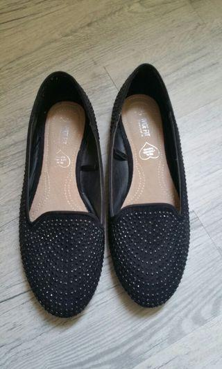 Flat shoes with beads