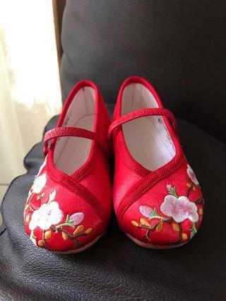 Sepatu merah imlek / chinese