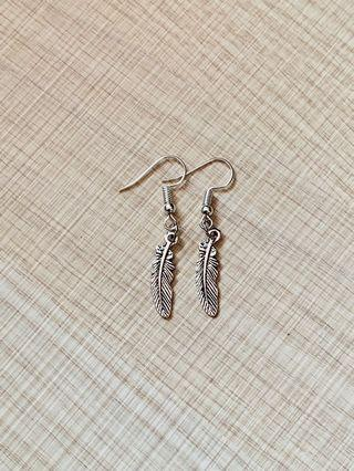 🚚 BNWOT Vintage Silver Feather Handmade Hook/Dangling Earrings