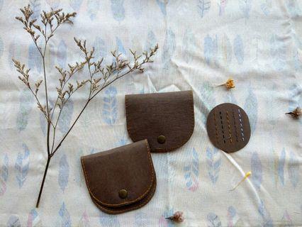 水洗牛皮紙 手作 金屬扣零錢包 手拿包 小包 仿皮革質感耐用 手工縫線 兩款選擇 滿額免運