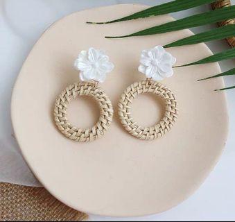 (E1008041) 韓款 花朵 編織 渡假 淑女 耳環 Earrings