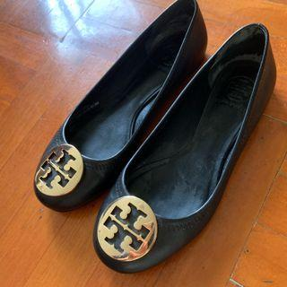 100%real 6 1/2 M size 36-37 Tory Burch 硬皮 襟著 真皮 金扣 金 黑色 黑鞋 皮鞋 平底鞋 番工 返工 番學 返學 見工 OL office ladies lady interview present presentation gold logo Flat shoes shoe Hard leather squatting women women's 黑鞋 黑 鞋 intern training 空姐 地勤