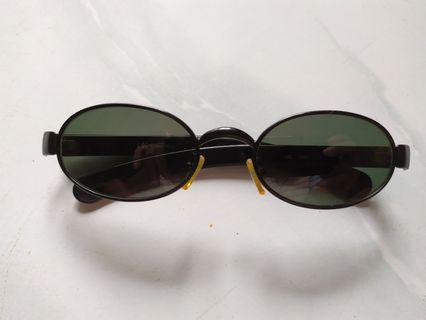 Kacamata hitam calvin klein