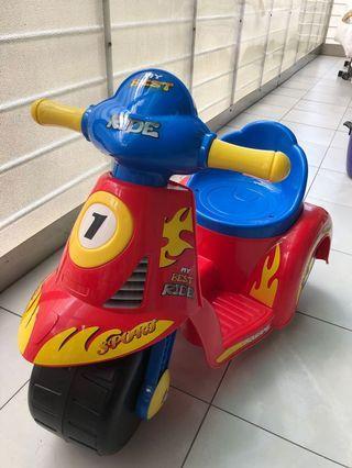 兒童可乘坐駕駛摩托車(無法啟動但裝電池可有音效)