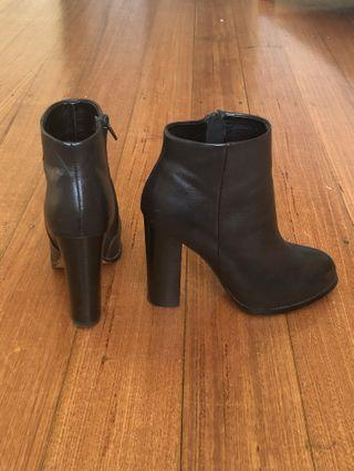 Black heeled boots - tony bianco