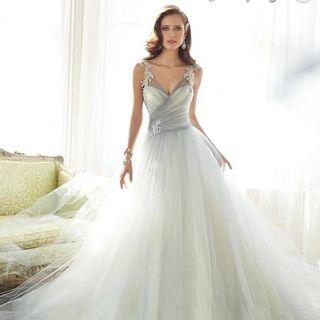 🚚 Wedding Dress/Evening Gown with Long Train