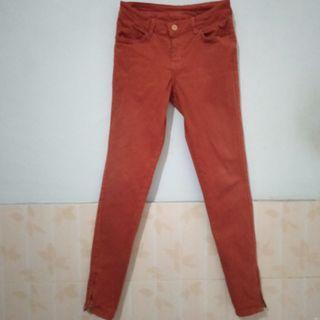 Celana kain coklat ke merah/oranye