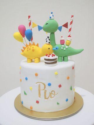 🚚 Dinosaur cake