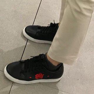 Sneakers hitam bahan kulit bordir bunga ala gucci