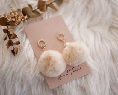 Fluffy earring with pearl
