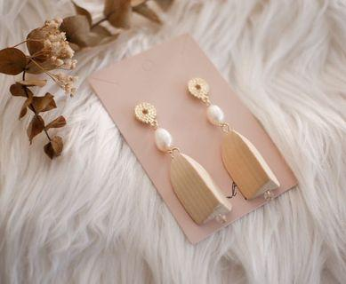 Pearl with wood beads earring