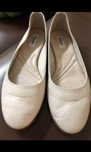 Clarks leather flat . Very seldom wore excellent condition . No defect no peeling .