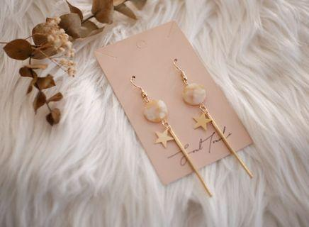 Natural stone earring with gold element