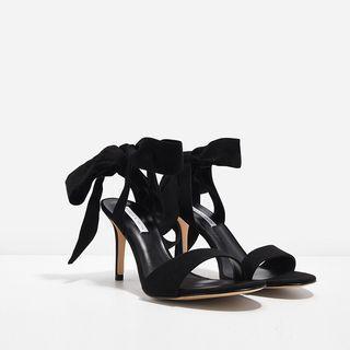 🚚 LOOKING FOR: open toe bow tie textured stilettos heels in black