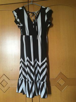 前後V黑白紋洋裝