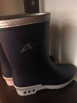 🚚 Kids rain shoes