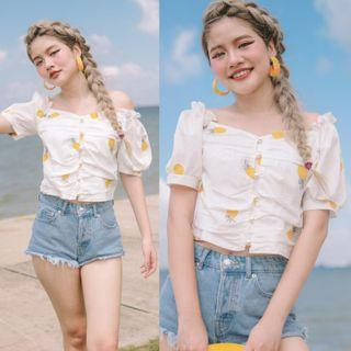 (PO) EMBROIDERED PINEAPPLE RUCHED PEARL BUTTON ACCENT TOP