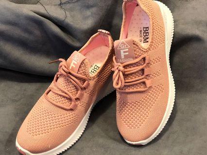 我們材質完全不輸大品牌 價格真的壓到最低價 超質感布鞋 球鞋 女鞋 運動鞋 健身鞋 慢跑鞋 只要250元 250元 250元 要買要快 我們量跑的較快 很快尺寸就缺摟