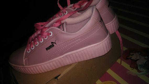 Sepatu PUMA warna Pink