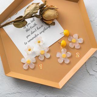 {朵朵韓飾} B2840 韓國直送(正韓)-個性甜美壓克力花朵耳環(二款)