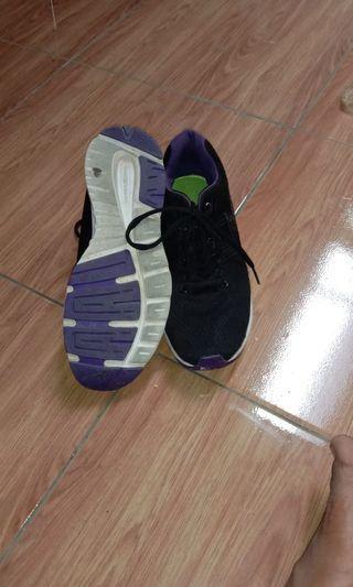 Sepatu hitam bekas eagle