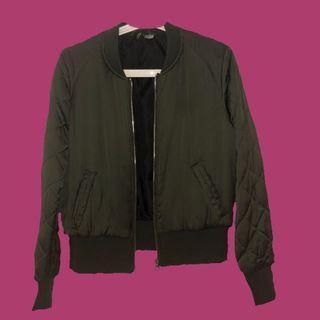 H&M 綠色偏短版飛行員外套 / green bomber jacket