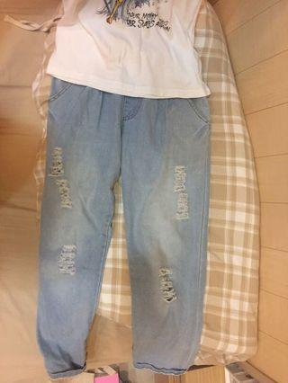 🚚 刷淡牛仔刷破反折老爺褲 前後皆有口袋 腰部鬆緊帶綁繩設計  #轉轉香噴噴