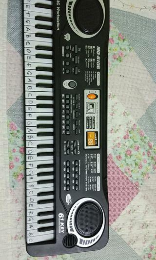 CLEARANCE MUSICAL KEYBOARD WITH MICROPHONE AND CHARGER