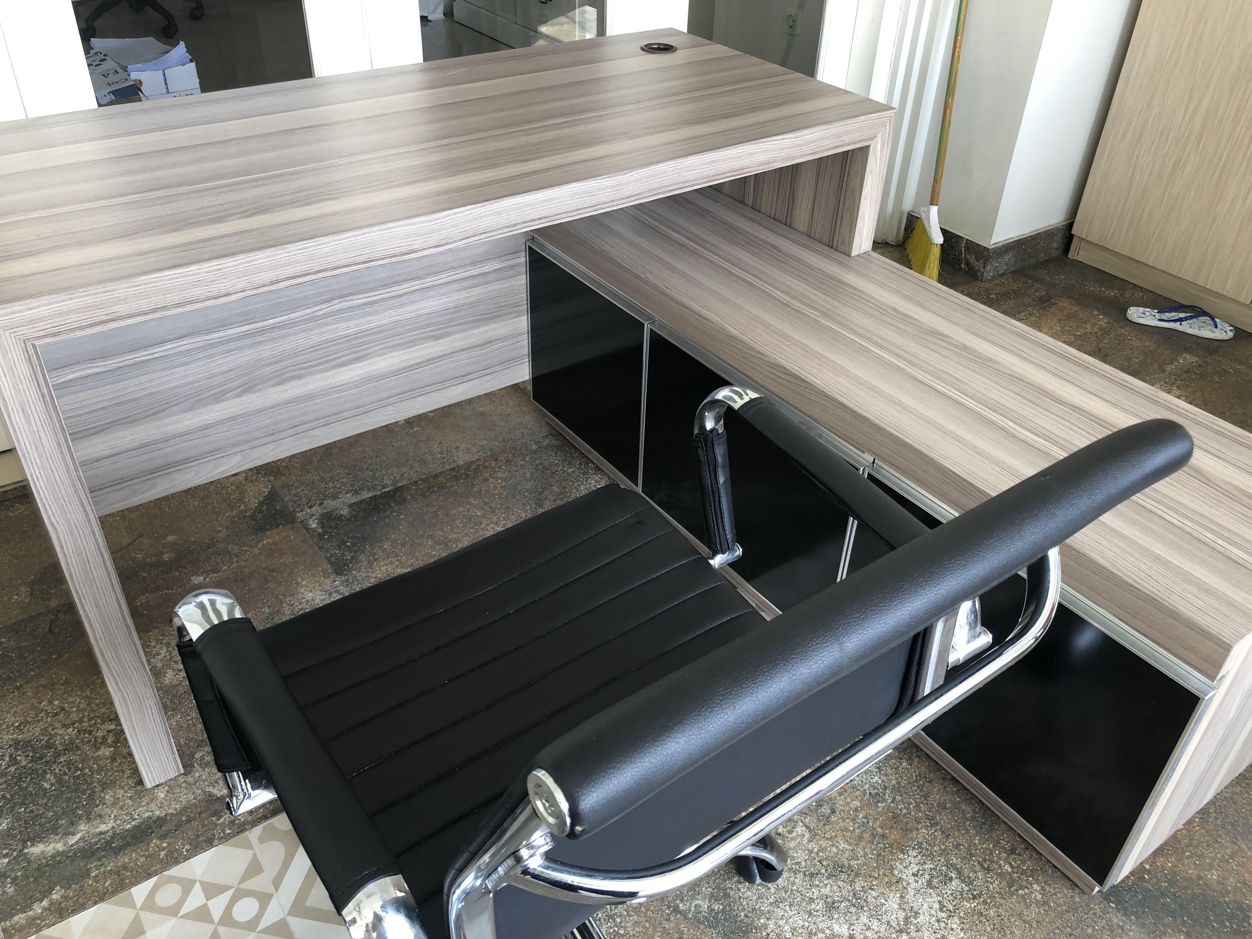 Meja Kerja dan Lemari 1 Set (Tidak termasuk kursi)