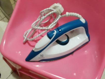 Setrika electrolux biru