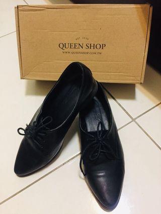 QUEENSHOP 綁帶造型尖頭皮鞋(尺寸:24)