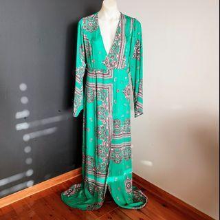 Women's size 10 'PRETTY LITTLE THING' Stunning green satin kimono dress - AS NEW
