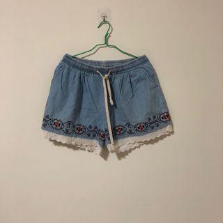 牛仔棉電繡布蕾絲短褲