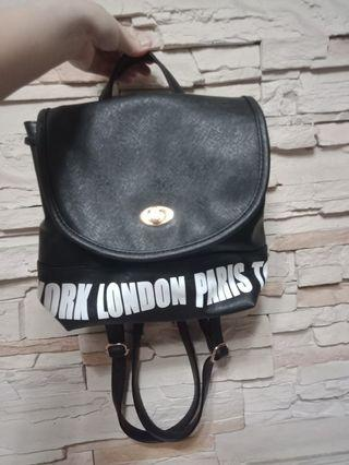 黑色小後背包