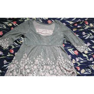 日本買灰色襯粉紅圖案上衣