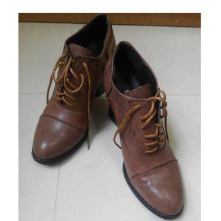 Brown shoes size 235( around size 37)