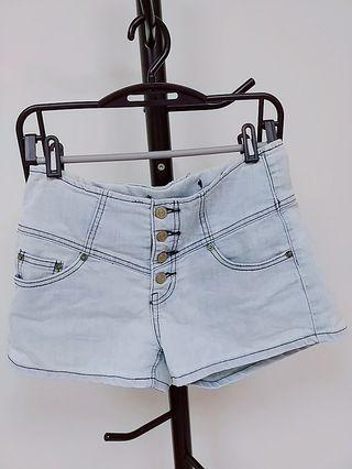 四排扣淺藍短褲