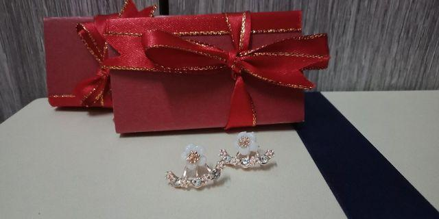 1pair of earing with random 1unit of  design box