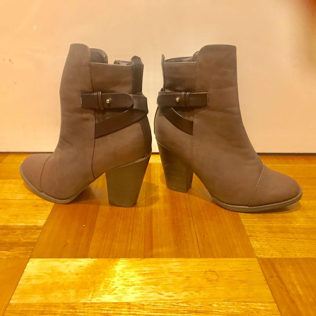 Gorgeous dark brown short booties (size 6) (brand new -never worn)