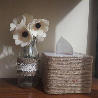 Bunga dan tempat tissue Rustic