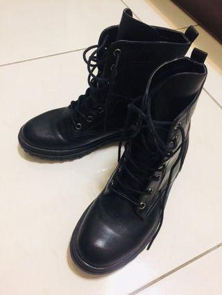 達芙妮黑色綁帶高筒靴(尺寸:24)