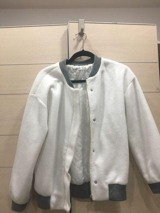 白色棒球外套